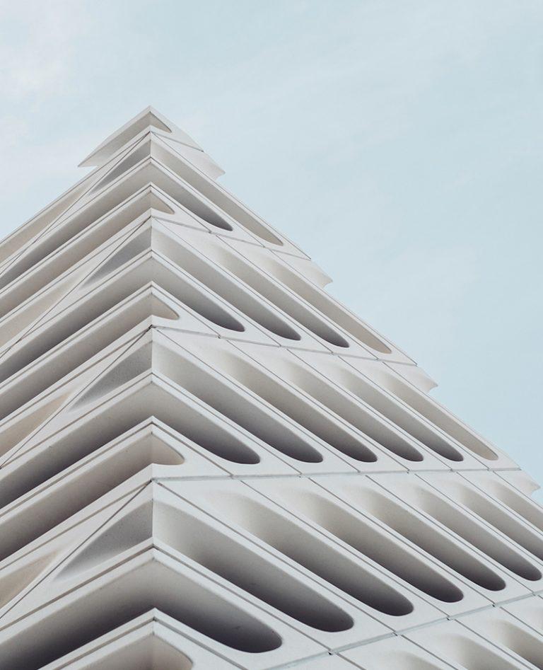 Wizualizacja dużego białego budynku