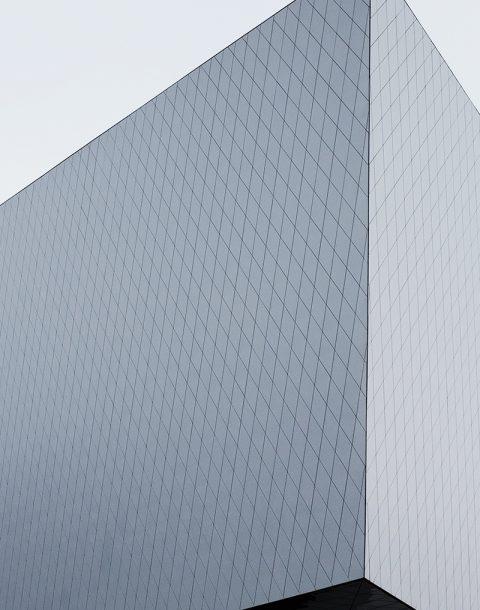 wizualizacja dużego szarego budynku