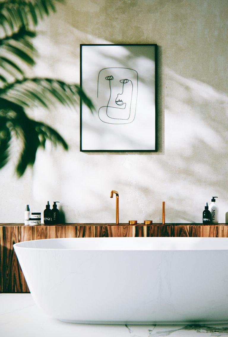 Wizualizacja łazienki z wanną i czarno-białym obrazem